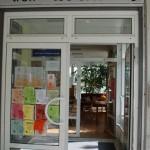 Neben der Eingangstüre stehen aktuelle Informationen zu den Angeboten des treff + tee