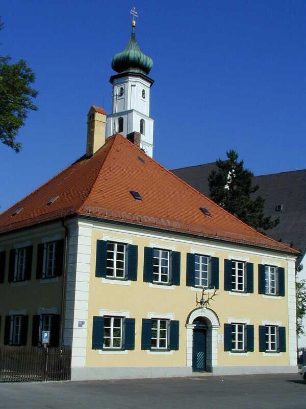 Forstamt des Forstbetriebes München, mit Kirche Heilig Kreuz im Hintergrund